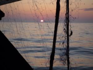 Coucher du soleil à travers un filet de pêche