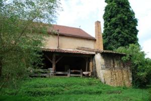 La maison vue de derrière Sur la droite se trouve la cheminée de son four à bois